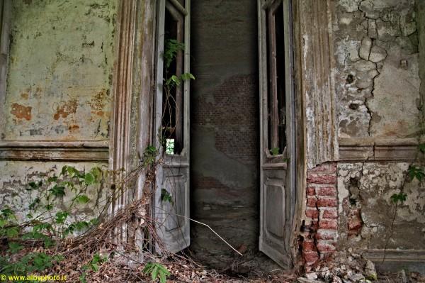 Villa abbandonata di costantino nigra albyphoto for Ville antiche interni
